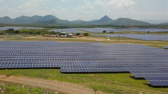 solární panely na zemi