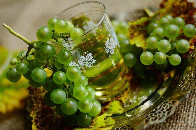 bílé víno a hrozny