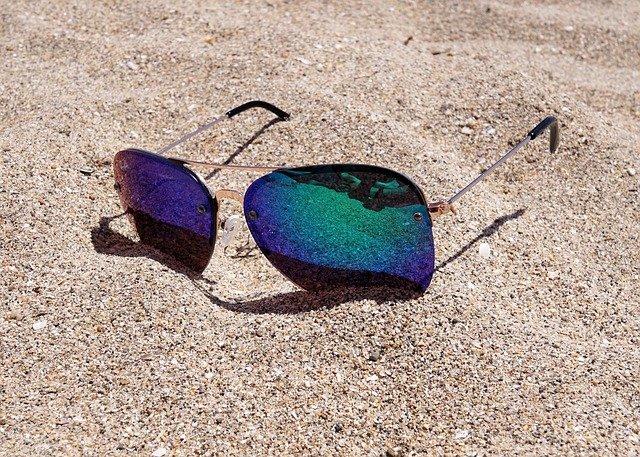 sluneční brýle v písku