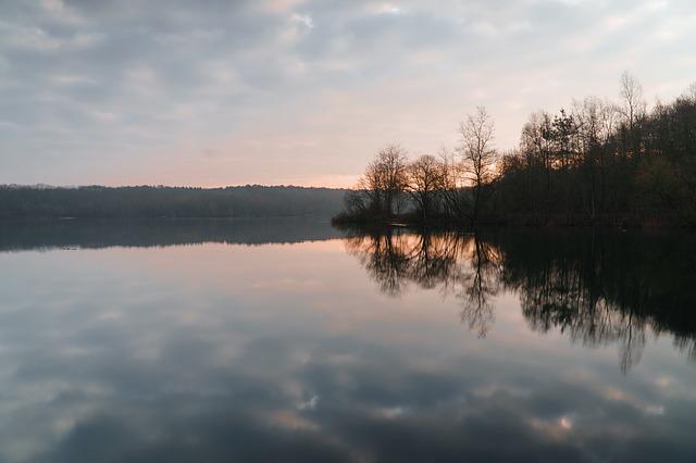 zataženo nad jezerem