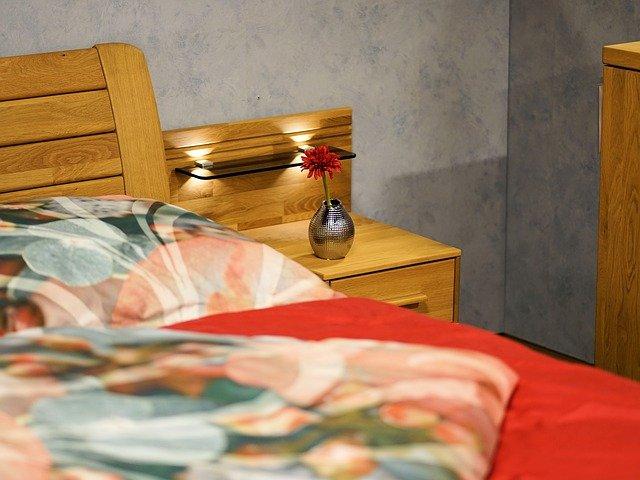 vázička u postele.jpg