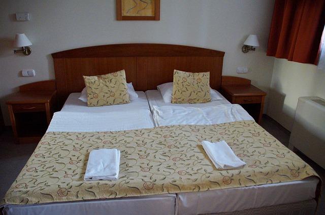 ustlaná manželská postel.jpg