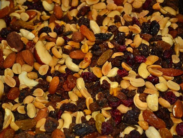 směs ořechů a rozinek