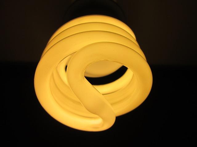 rozsvícená žlutá kruhová zářivka
